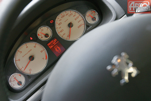 Peugeot. каталога автомобилей. фото из.  Марка.  47000 км. Модель.  2005. Седан, цвет серый, хорошее сост...